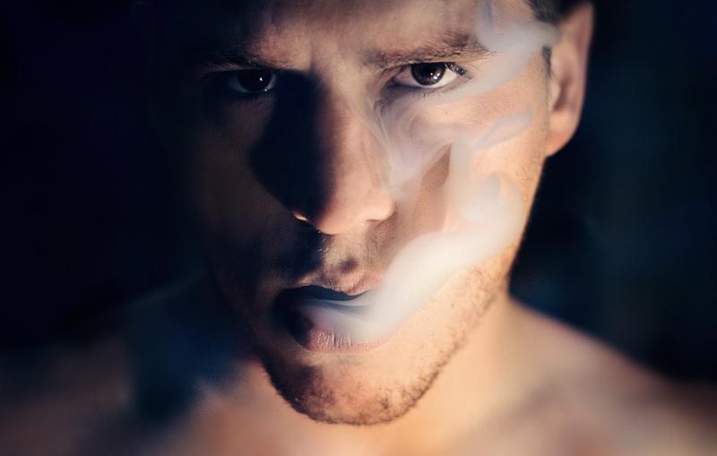 cara de hombre echando humo