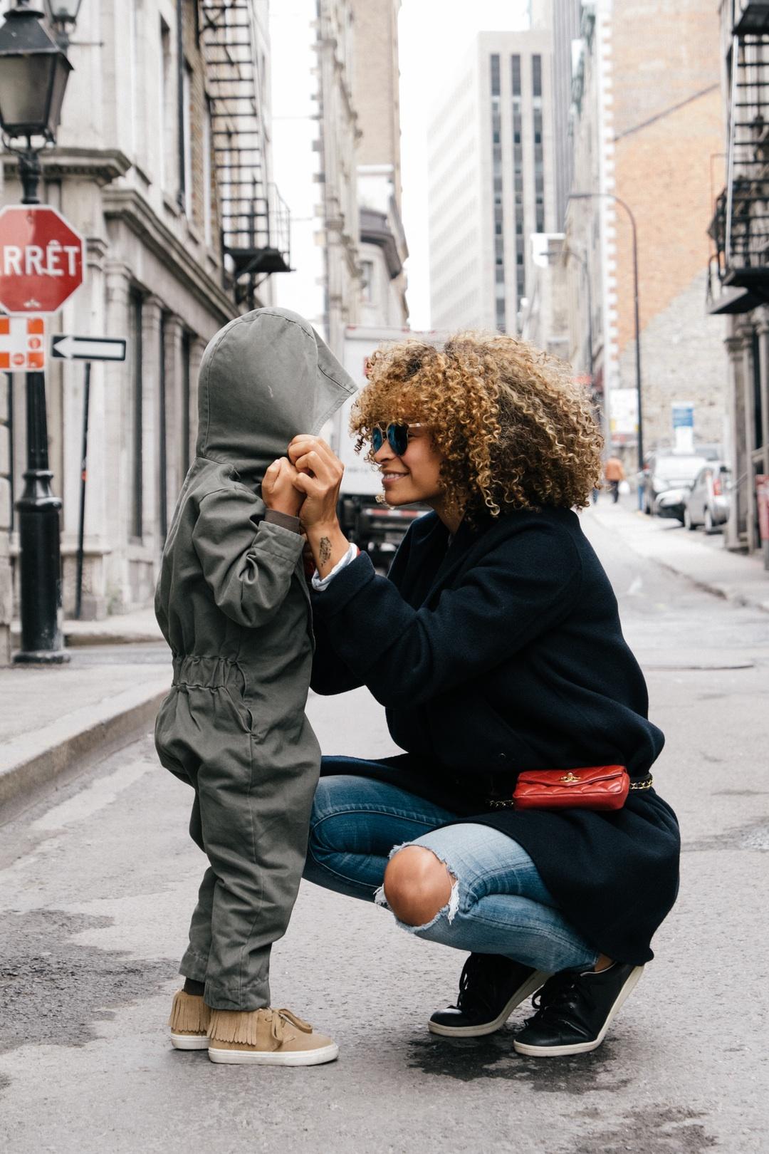madre rizos hablando con nina capucha