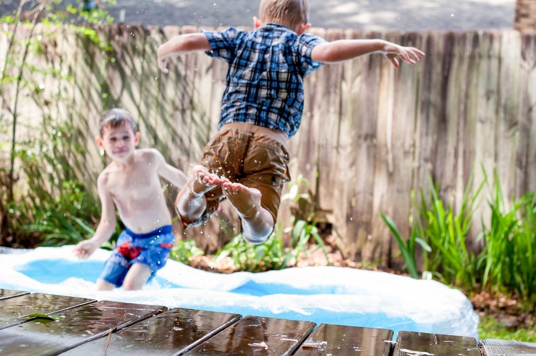 ninos saltando en piscina