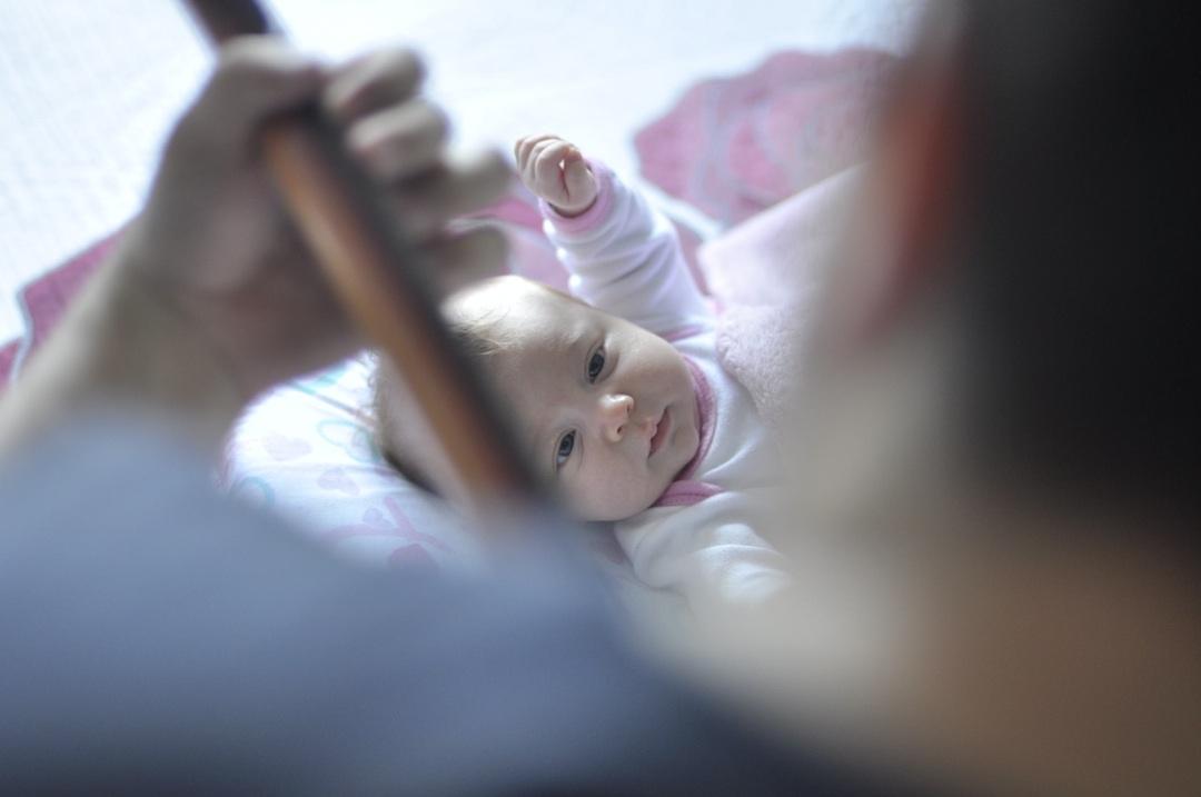bebe con padre tocando la guitarra