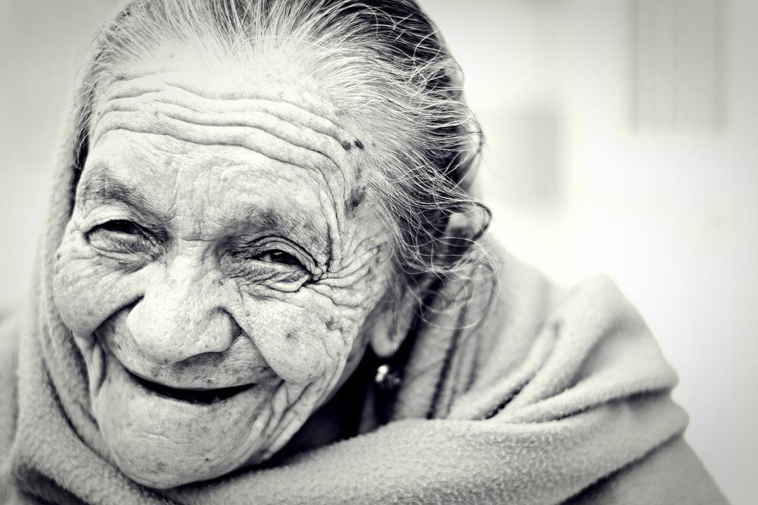 abuela riendo