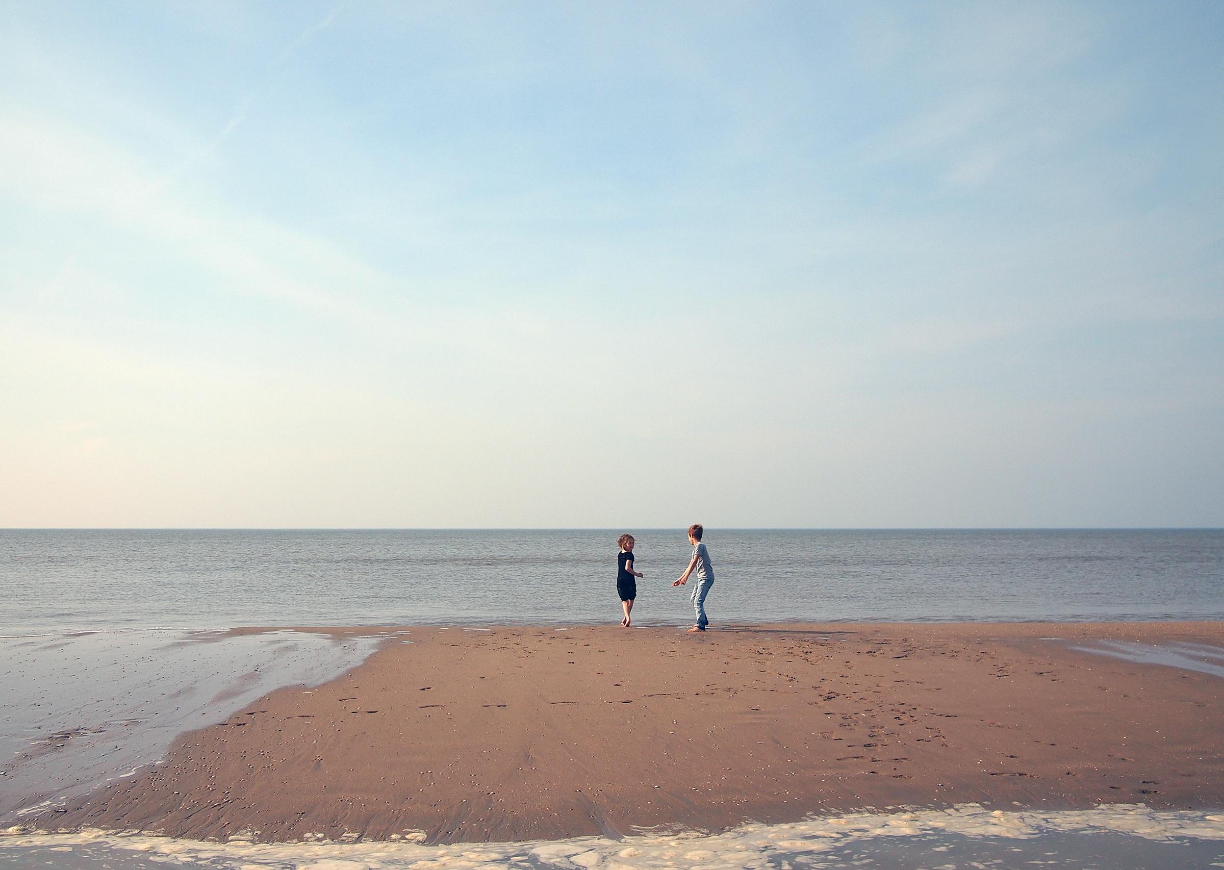 ninos jugando en la playa