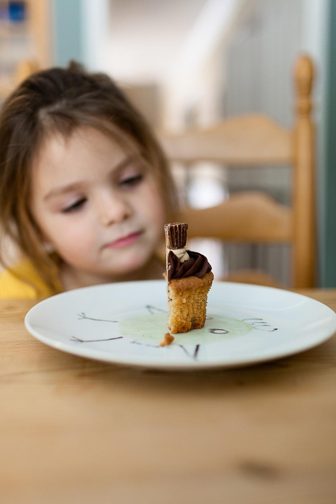 nina mirando medio pastel