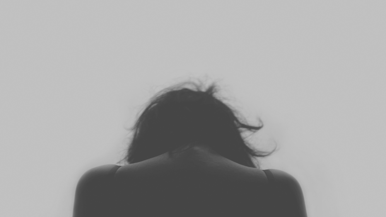 Chica triste de espaldas b y n