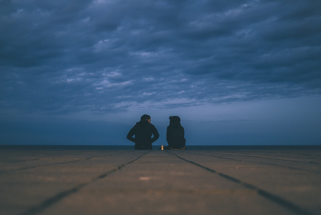 pareja con nubes negras