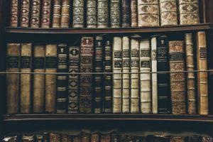 estanteria de libros antiguos