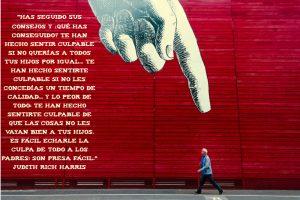 muro con mano senalando con cita